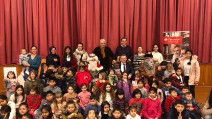 Honderd kinderen krijgen geschenk van 'Spaanse' Drie Koningen