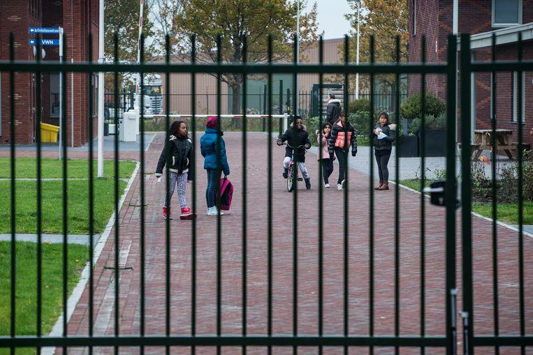 Vluchtelingen bij het asielzoekerscentrum in Ter Apel. Beeld ANP