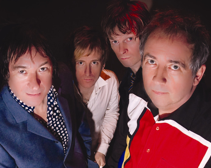 De Buzzcocks, met uiterst rechts Pete Shelley.