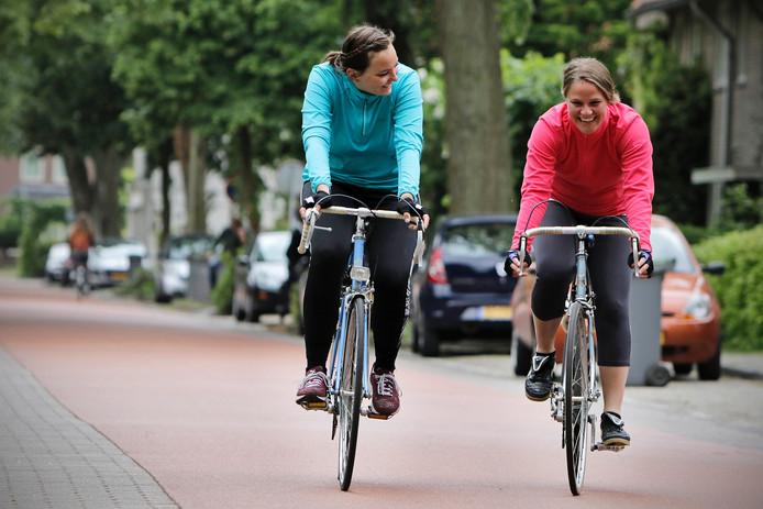 De Osse Babette Biemans (links) en Tessa Mars uit Oldenzaal fietsen in vijf dagen 316 kilometer door Nederland om geld op te halen voor Nepal. Ze starten op 9 juni.
