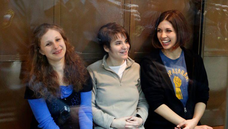 De drie dames van Pussy Riot in de rechtbank van Moskou Beeld AP