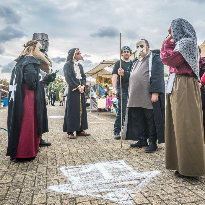 Middeleeuwse pestdokters vertelden de bezoekers van Historisch Zoetermeer over de  'nieuwe pest' die de wereld nu in de greep heeft.