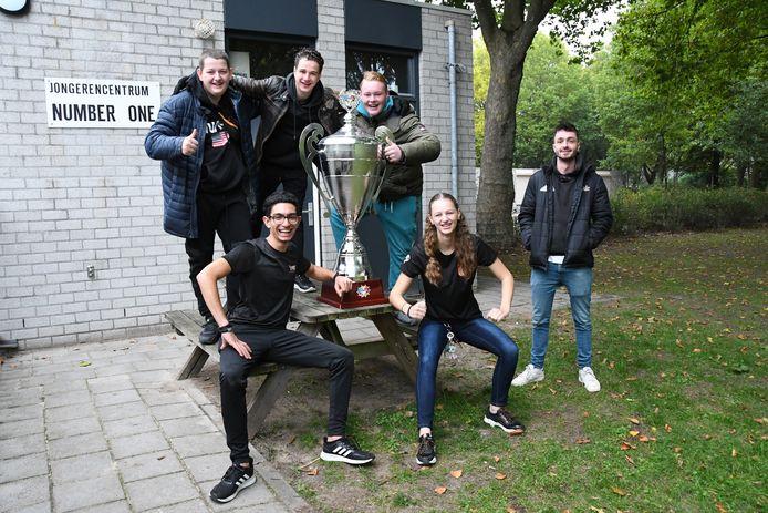 Rosmalense jongeren met de Power Batlle Cup, een prijs die verbonden is aan een goededoelenactie, gelanceerd tijdens de vorige editie van SKEER! Rechts jongerenwerker Teun Michels