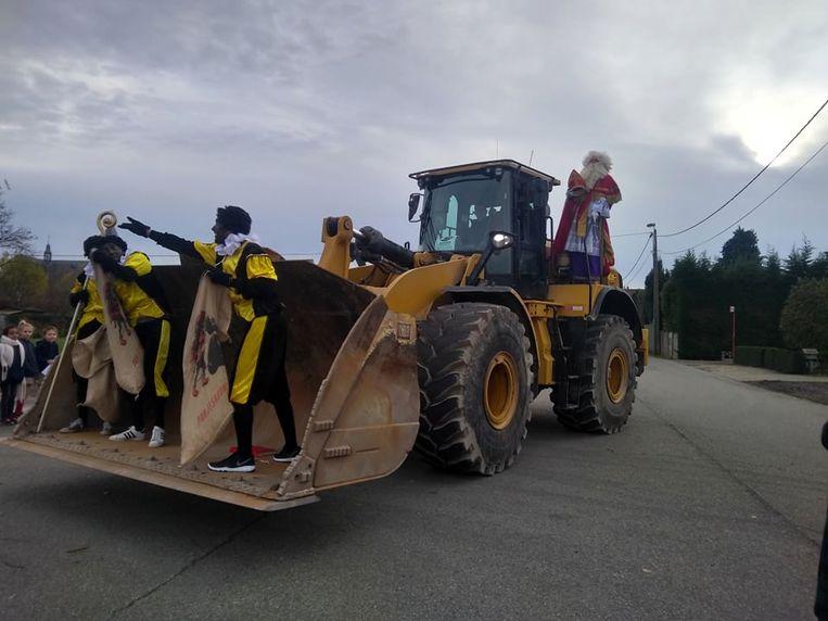 In een bulldozer kwam Sinterklaas langs bij Chiro Waks Zoersel.