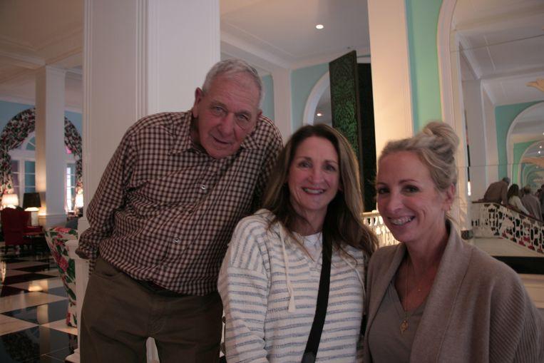 Charlotte Sterling (rechts) met haar zus Diane en zwager Joe. Beeld Michael Persson