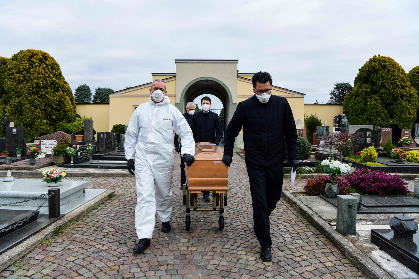 En Lombardie, la région la plus touchée d'Italie, les funérailles de personnes décédées du coronavirus sont organisées à huis clos, sans le moindre membre de la famille, en raison des strictes mesures de quarantaine (illustration, Grassobbio, 23 mars, 2020)