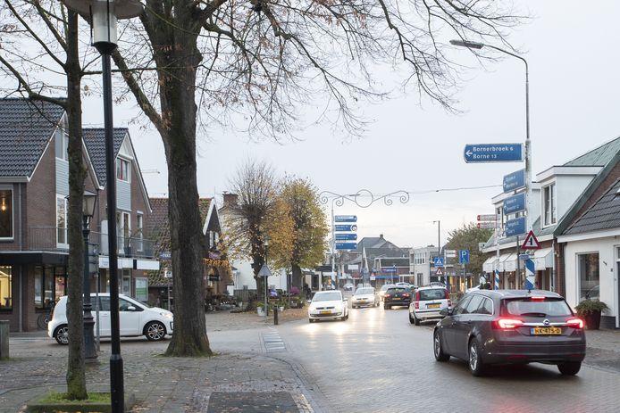 Het karwei aan de Enterse Dorpsstraat wordt eerst vanaf het Kerkeneiland tot aan deze kruising met de Bornerbroekseweg uitgevoerd.