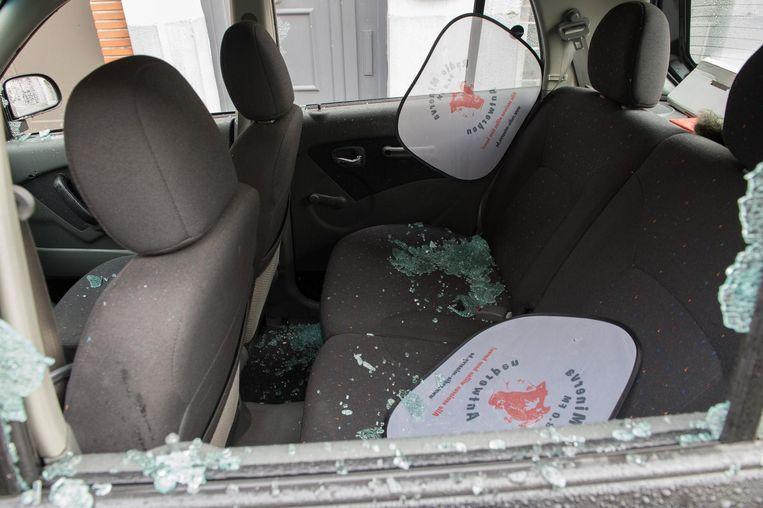 Het verbrijzelde glas in een van de auto's.