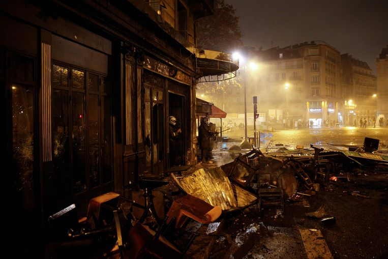 Beeld van de rellen op 16 maart in Parijs.