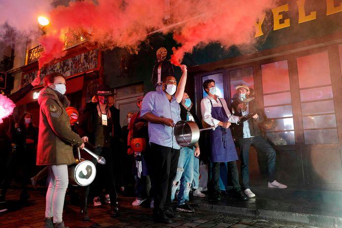 Restauranteigenaars en cafébazen trokken al - soms met veel lawaai - door de straten van Parijs om te protesteren tegen de mogelijke sluiting. Beeld van dinsdag.