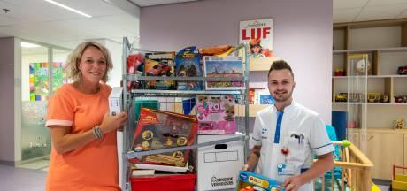 Verpleegkundigen Rijnstate veilen oude spullen om kinderafdeling te versieren