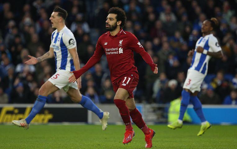 Mohamed Salah van Liverpool viert de overwinning nadat hij een doelpunt heeft gemaakt tegen Brighton.   Beeld EPA