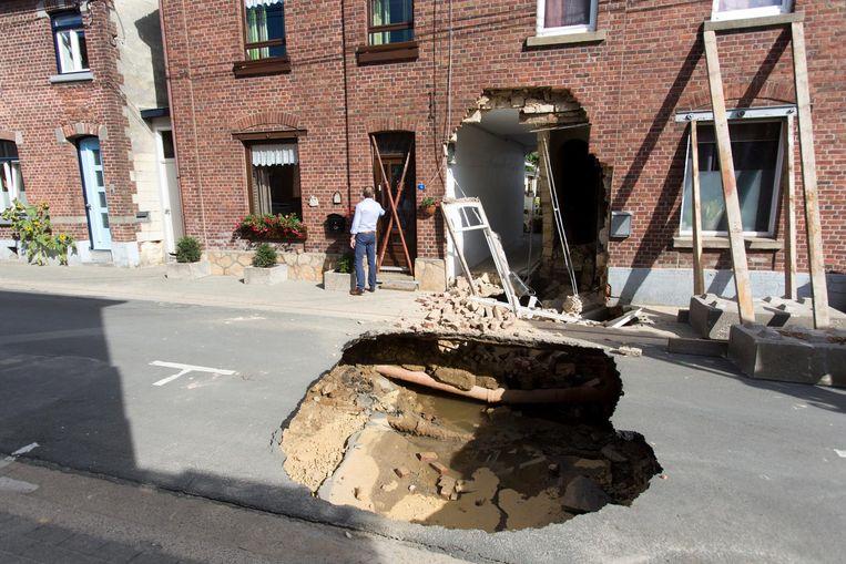 Een waterlek zorgde gisteren voor een groot zinkgat in de straat.