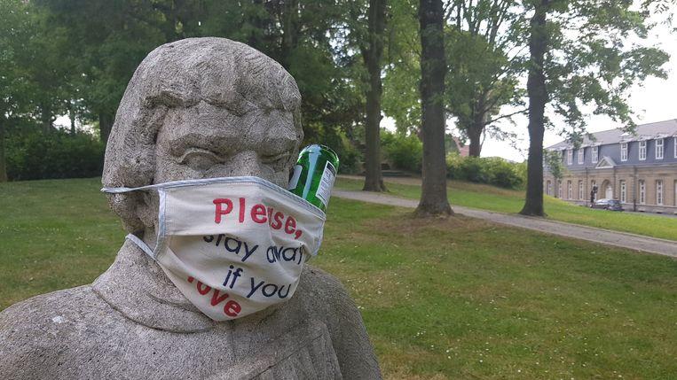 Iemand stak een leeg flesje bier tussen het mondmasker van Nikolaas de Kanonnier.