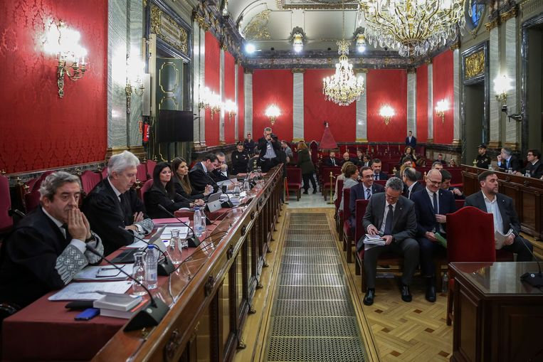 De twaalf Catalaanse leiders (rechts) dinsdag bij het begin van de rechtszaak over hun onafhankelijkheidsstreven. Zelf kwamen ze nog niet aan het woord. Beeld Getty Images