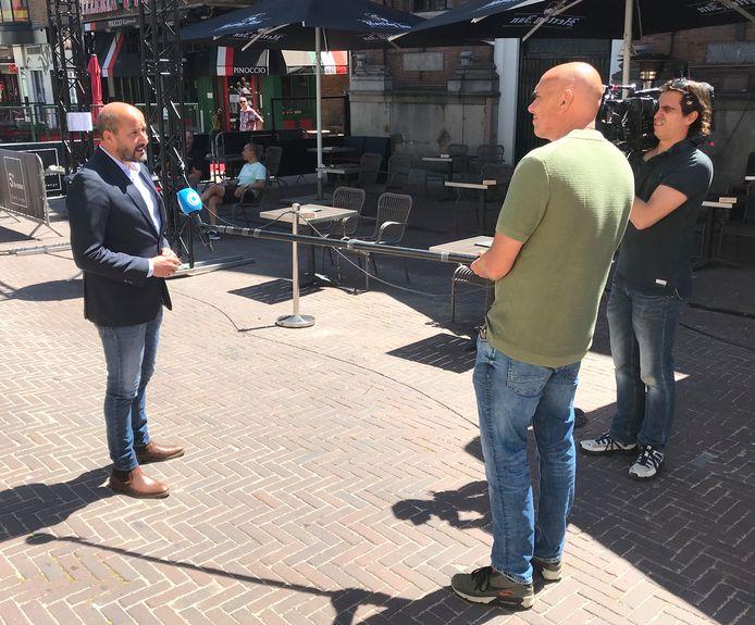 Op de Korenmarkt voor de camera van Hart van Nederland.