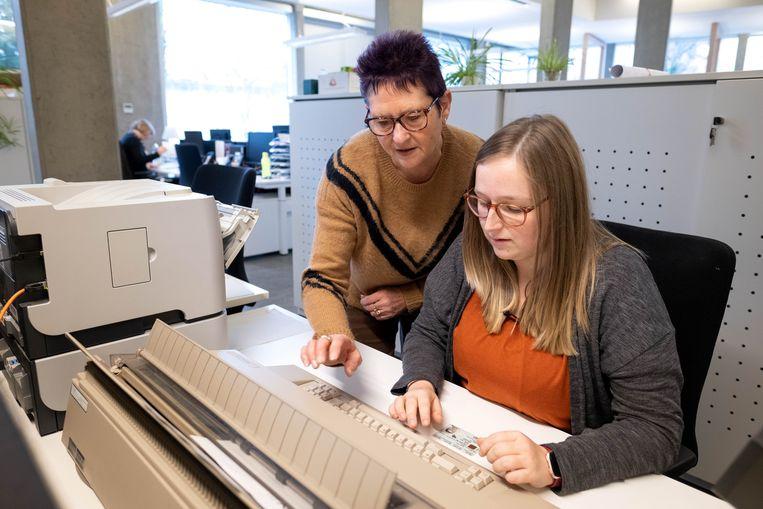 Roxane Kerssebeeck van de gemeente Willebroek is aangewezen op een typmachine na een computerhack.