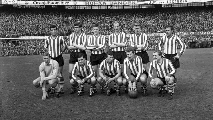 Cor Adelaar (rechtsonder) in 1965.