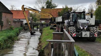 De VMM is bezig met  lokale slibbanken weg te nemen in de Markrivier