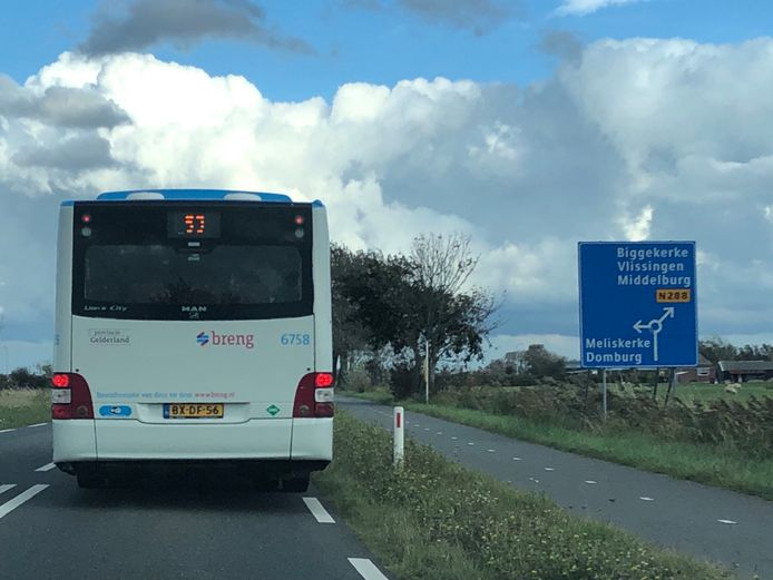 Een 'breng'-bus met het logo van de provincie Gelderland brengt tijdelijk reizigers in Zeeland op hun bestemming, zoals hier in Zoutelande.