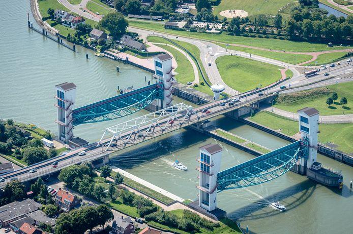 Luchtfoto's Krimpen aan den IJssel van o.a. de Algerabrug