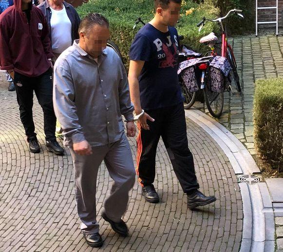 Jasmin K. (links) wordt terug naar de gevangenis gebracht.