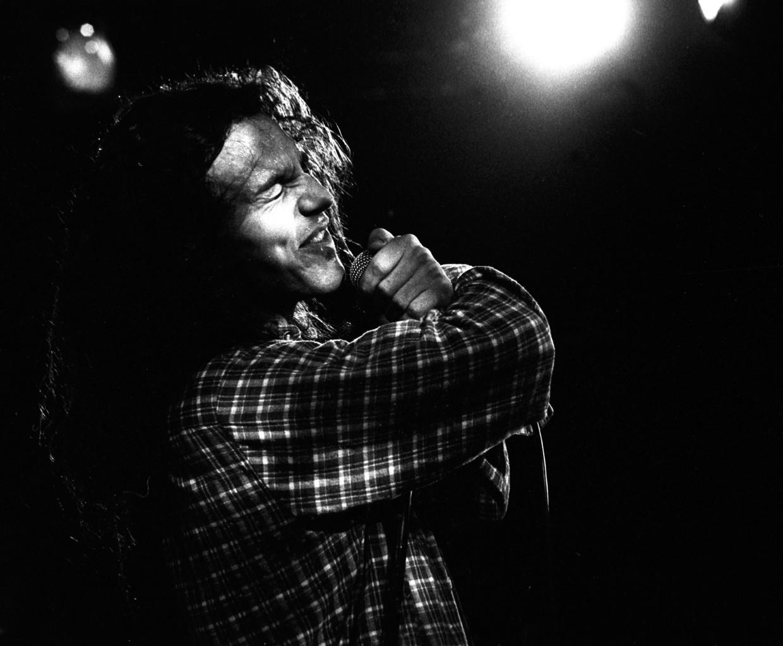 Eddie Vedder van Pearl Jam in de Melkweg in 1992. Beeld Redferns