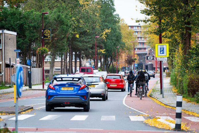 De gemeente Nieuwegein overweegt om doorgaand verkeer op de Sluyterslaan onmogelijk te maken. Verkeer vanuit Jutphaas zou dan om moeten rijden via de AC Verhoefweg.