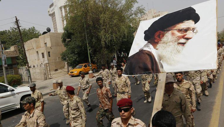 Aanhangers met een portret van Ayatollah Khamenei Beeld reuters