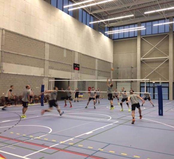 Volleybalclub Lindemans werkte in de sporthal zijn eerste training af.