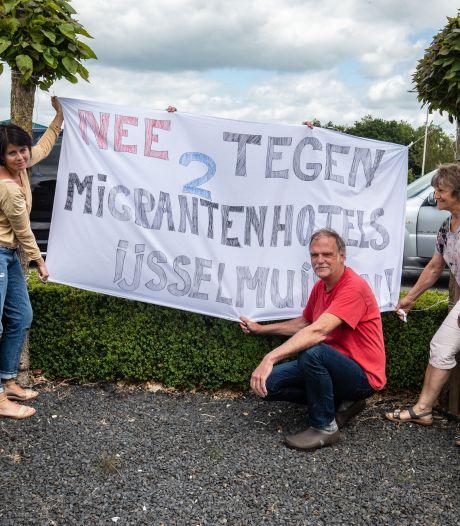Tuindersweg IJsselmuiden in verzet tegen 'migrantenhotels' op terrein slateler