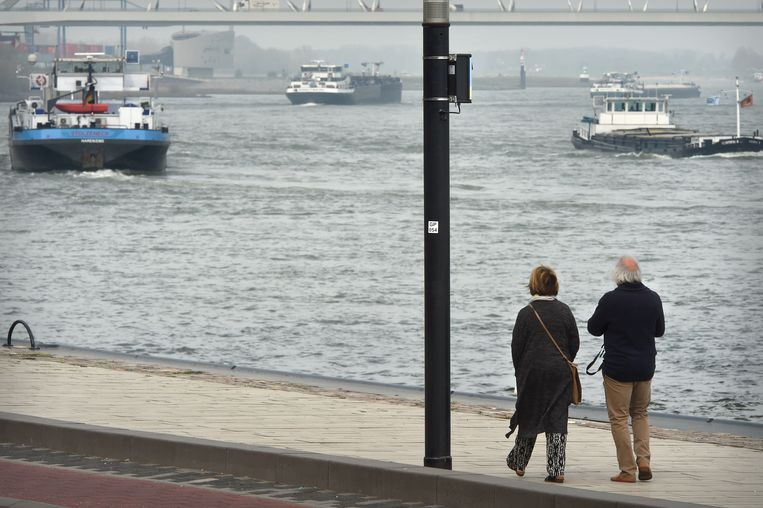 Een sensor opgehangen aan een lantaarnpaal meet de uitstoot van afmerende schepen. Beeld Marcel van den Bergh/de Volkskrant