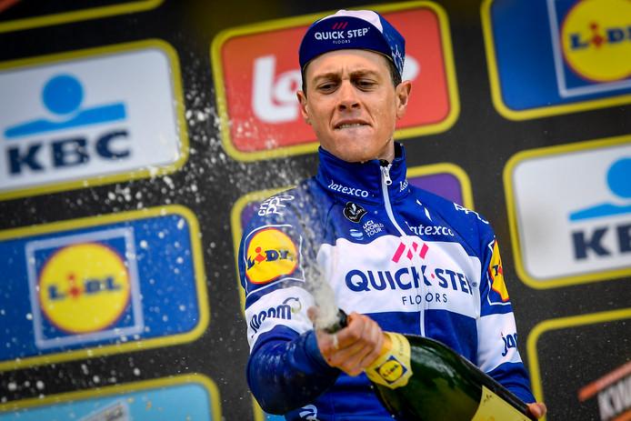 Niki Terpstra spuit champagne na winst in de Ronde van Vlaanderen.