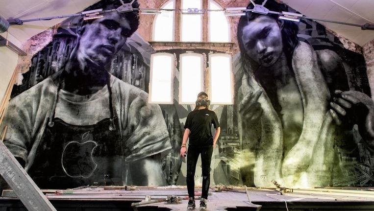 Judith de Leeuw legt de laatste hand aan haar mural, op het Paradijs-plein in Oost Beeld Marijke Stroucken