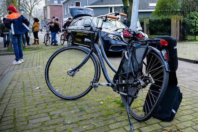 Jonge fietsster vliegt meters door de lucht na aanrijding met taxi en valt tegen een boom in Tilburg.