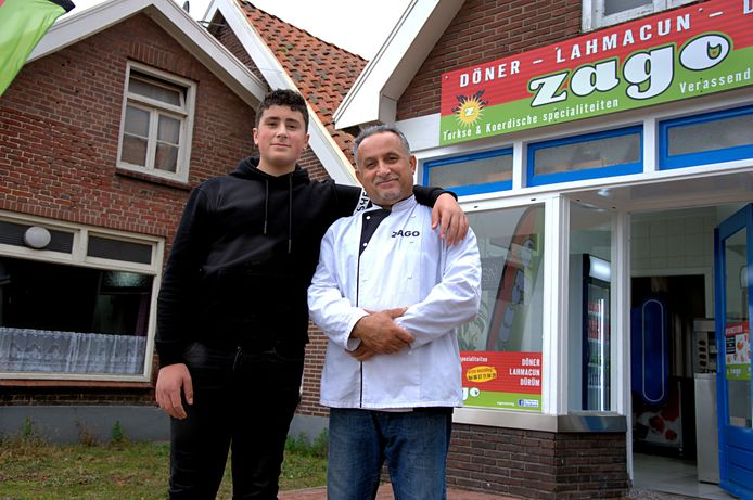 Zoon Louy met zijn vader Qais (Kees) Tahir voor hun afhaalrestaurantje Zago.