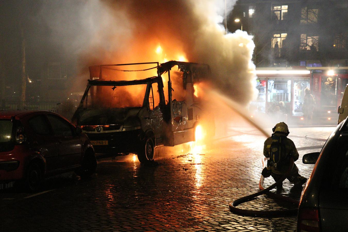 Aan het Queeckhovenplein in de Utrechtse wijk Zuilen is gisteravond een camper door brand verwoest