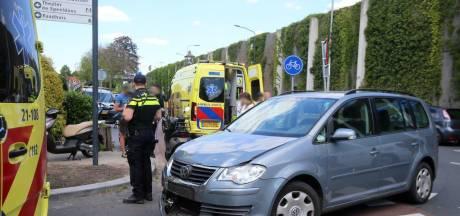 Twee meisjes op scooter gewond bij aanrijding met auto in Vught