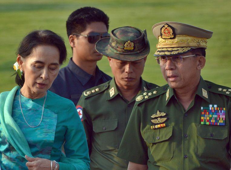 Minister van Buitenlandse Zaken Aung San Suu Kyi, de de facto leider van Myanmar,(links) en legerleider Min Aung Hlaing (rechts). De laatste mag de VS niet meer in.