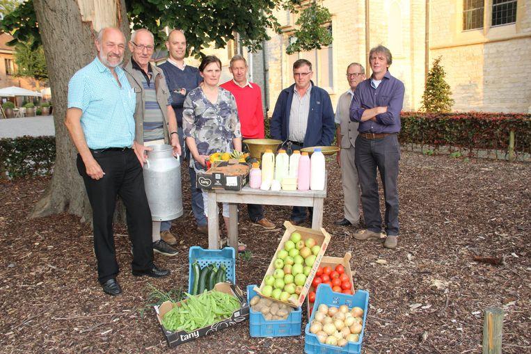 De initiatiefnemers van de boerenmarkt bij enkele producten.