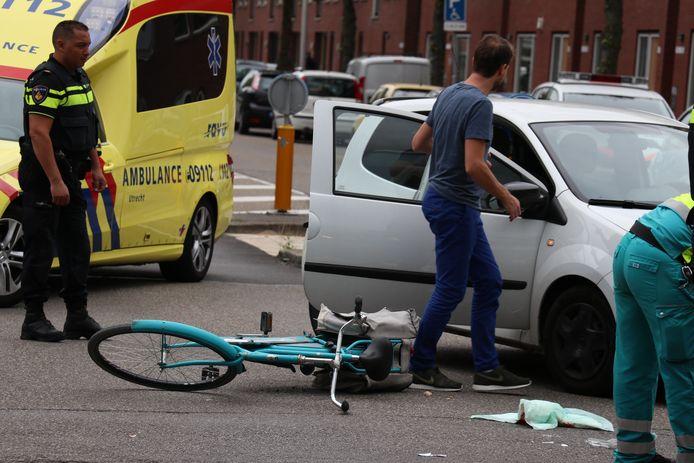 Een fietsster kwam vanmiddag in botsing met een automobilist op de Rijnlaan in Utrecht. De vrouw is met onbekende verwondingen naar het ziekenhuis gebracht.