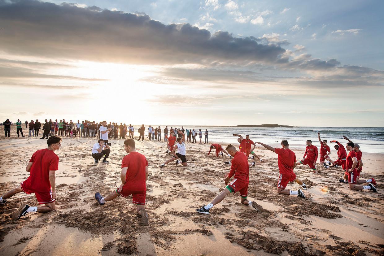 De Marokkaanse selectie doet een rustige training op het strand van Skhirat, iets ten zuiden van Rabat.
