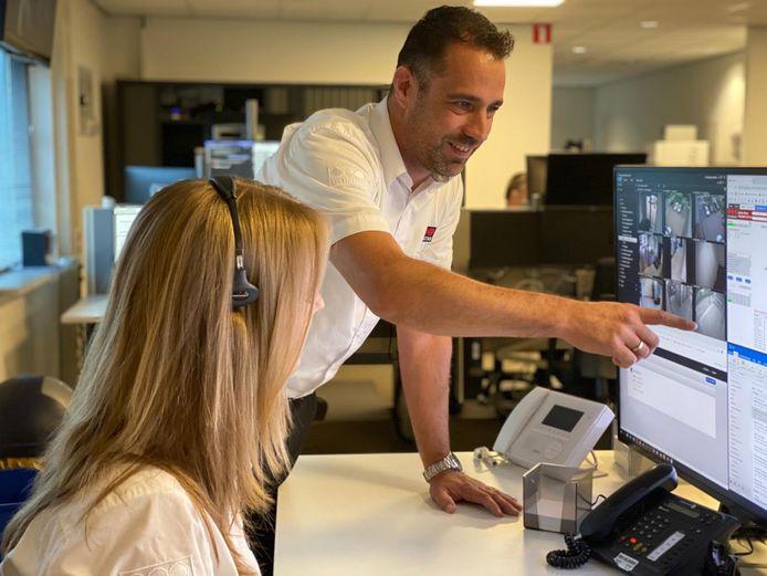 Teamleider Dennis Vink in de alarmcentrale van Securitas.
