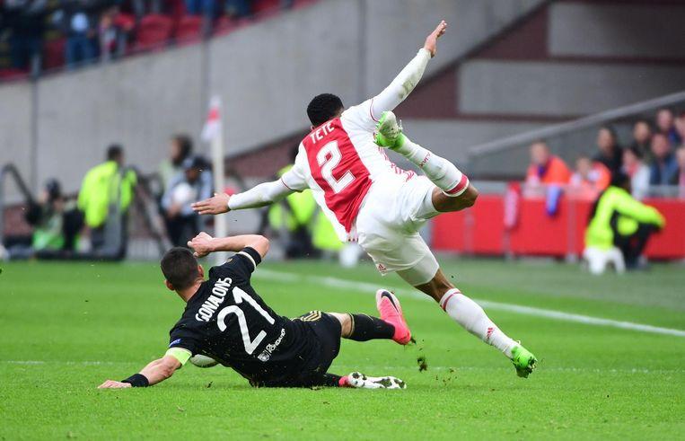 Maxime Gonalons van Olympique Lyon gaat hard door op Kenny Tete, op straffe van een gele kaart. Beeld anp