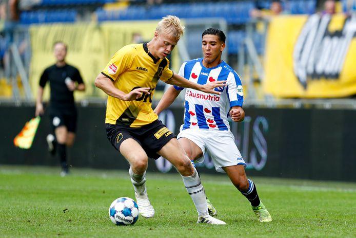 Jean Paul van Hecke in het shirt van NAC Breda in actie tegen zijn nieuwe club SC Heerenveen.