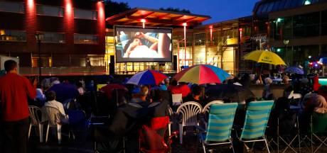 Filmliefhebbers in Geldrop nemen regen voor lief bij buitenfilm