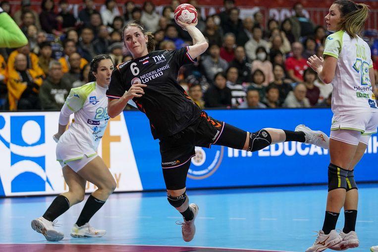 De Nederlandse handbalster Laura van der Heijden in actie tegen Slovenië. Beeld ANP