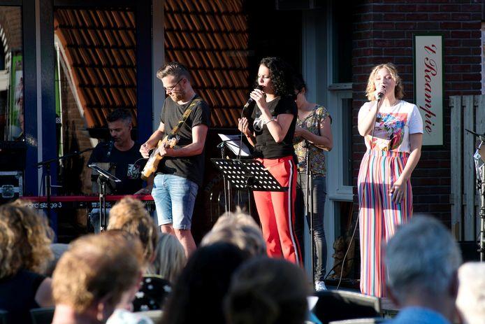 De SOS-worshipband treedt op voor de gasten en bezoekers van recreatiepark De Kleine Belties.