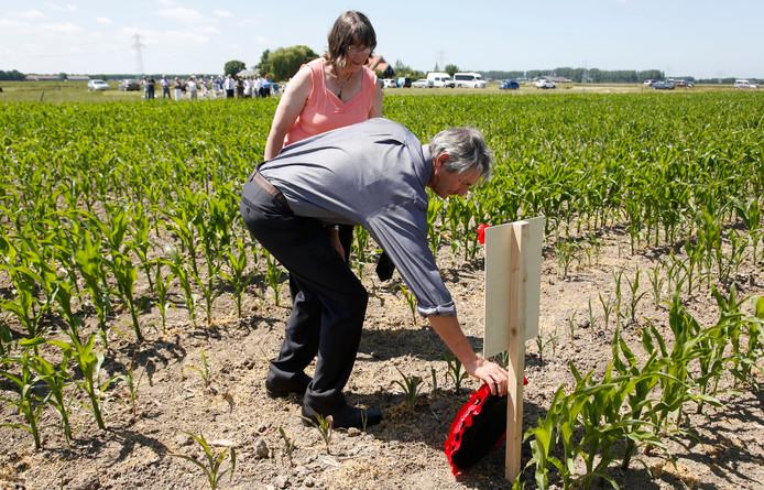 Neef Rob Roney en zijn vrouw Trish leggen bloemen bij de plek waar de Spitfire is neergestort.