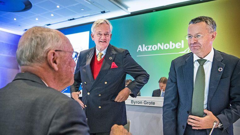 Antony Burgmans (links) en Thierry Vanlancker praten met een aandeelhouder tijdens de Buitengewone Aandeelhoudersvergadering begin september Beeld Guus Dubbelman / de Volkskrant